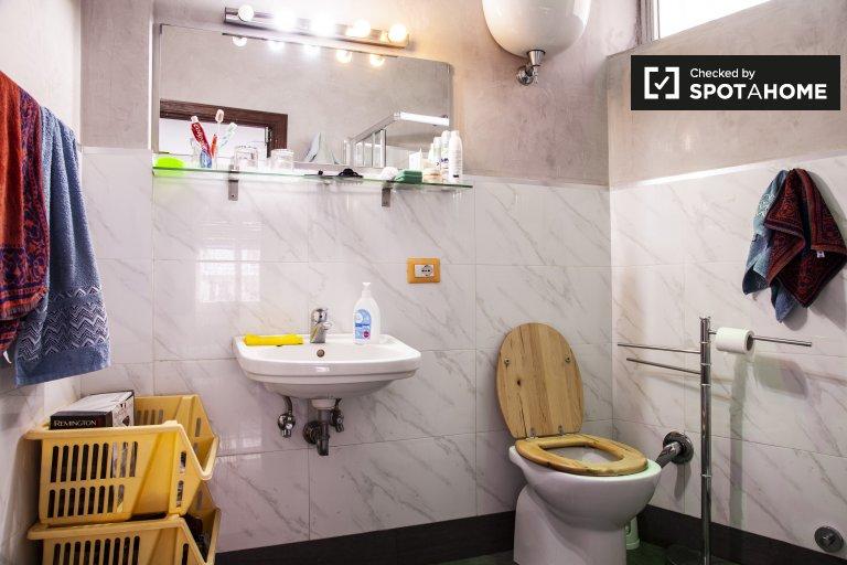 Habitación doble en alquiler, apartamento de 3 dormitorios, Ostiense, Roma