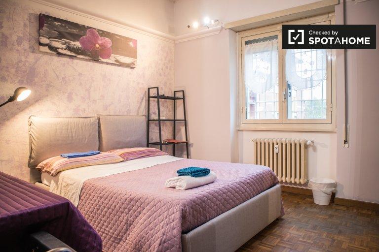 Amplia habitación en un apartamento de 3 dormitorios en Tufello, Roma