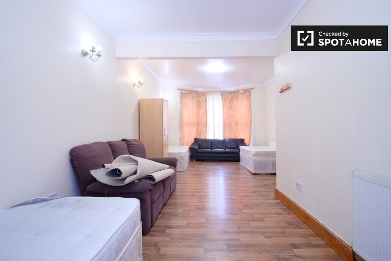 Bright and spacious 5-bedroom house to rent in Forest Gate