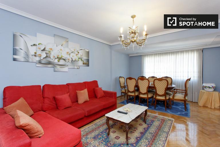 Apartamento de 4 quartos com varanda para alugar em Retiro, Madrid