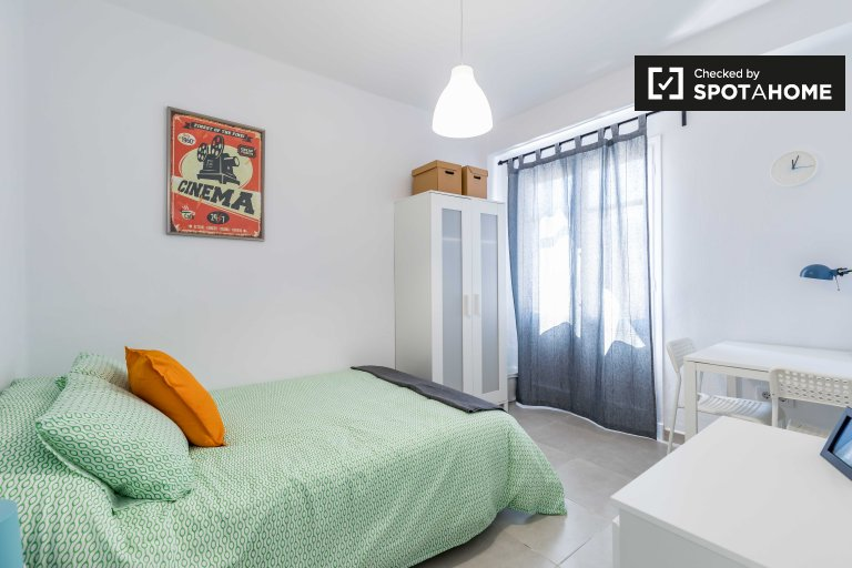 Modern room in 4-bedroom apartment in Poblats Marítims