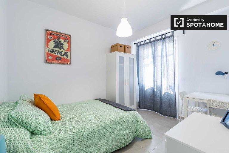 Chambre moderne dans un appartement de 4 chambres à Poblats Marítims