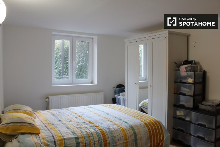 Bright room for rent in 3-bedroom apartment, Ixelles