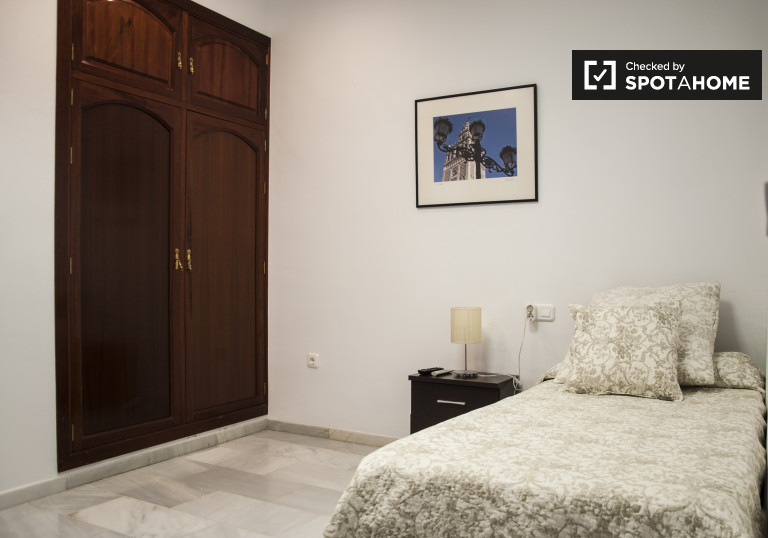 Single Bed in 2 Bedrooms with AC and TV for students in central Seville
