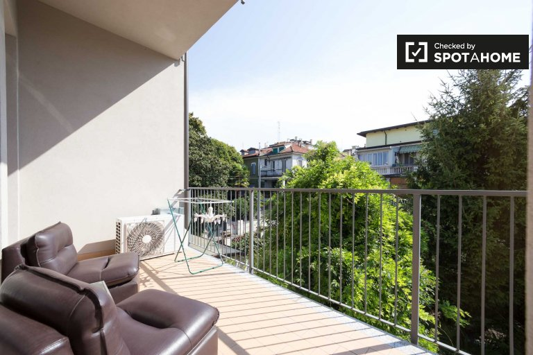 2-bedroom apartment with balcony for rent in Loreto, Milan