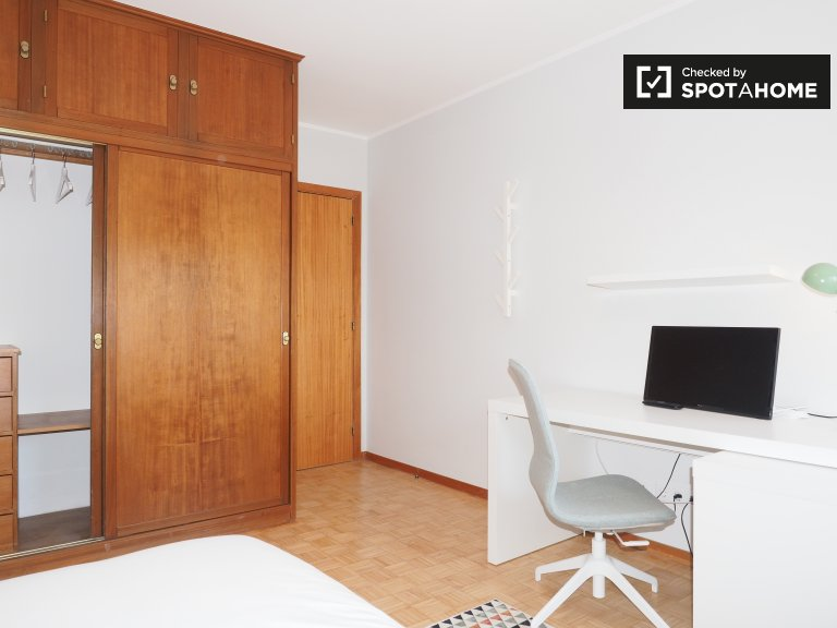 Chambre à louer dans un appartement de 4 chambres à Almada, Lisbonne