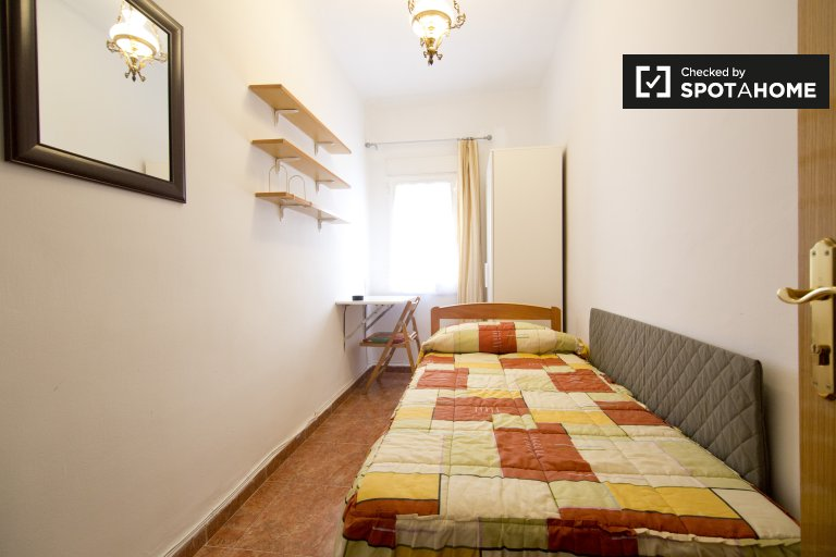 Affordable room in 5-bedroom apartment, Imperial, Madrid