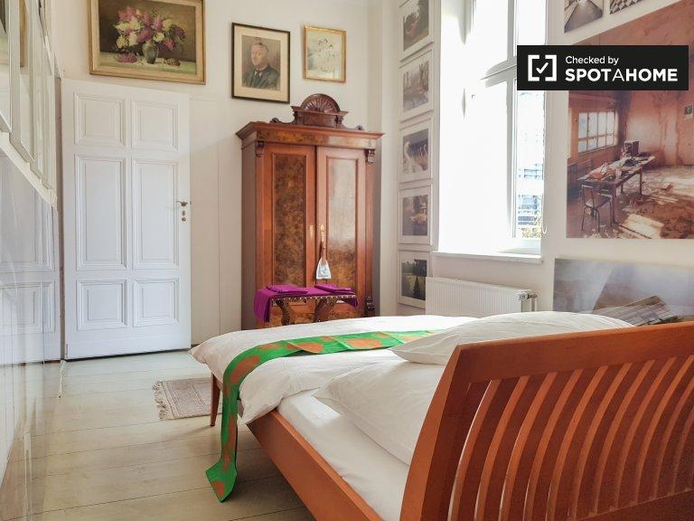 Zimmer zu vermieten in Apartment mit 3 Schlafzimmern in Kreuzberg