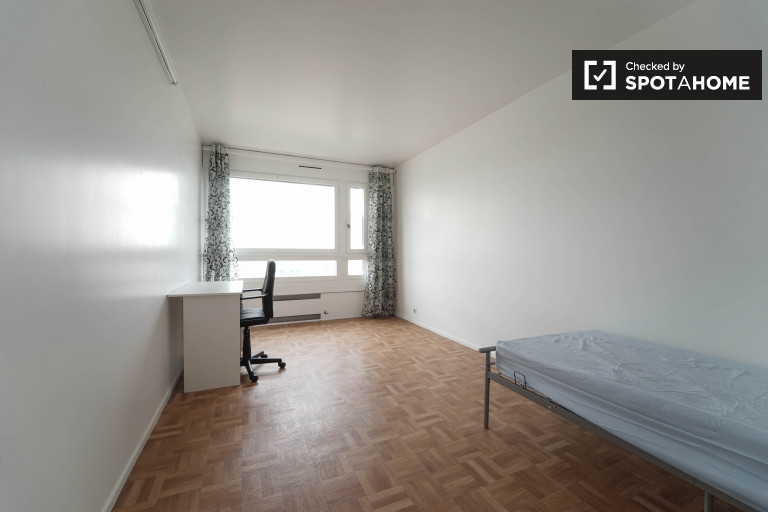 Single Bed in Rooms to rent in cosy 4-bedroom apartment in 13th arrondissement