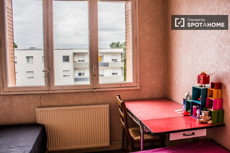 Twin Beds in Rooms for rent to students in colourful apartment with balcony in Villeurbanne