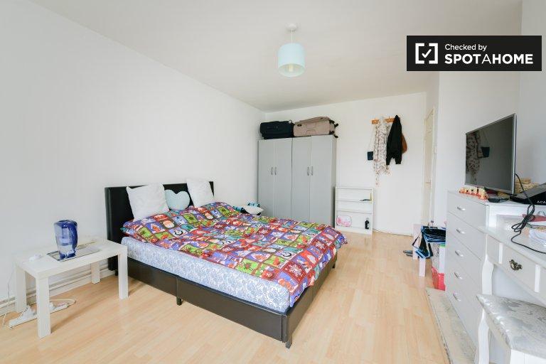 Tower Hamlets, Londra'da 4 yatak odalı daire içinde geniş oda
