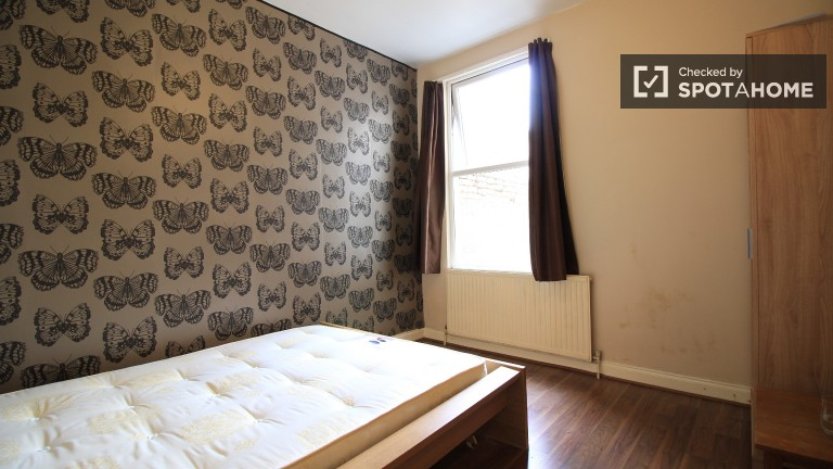 Bedroom 5 with double bed.