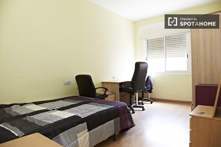 Simple room in 4-bedroom apartment in Gràcia, Barcelona