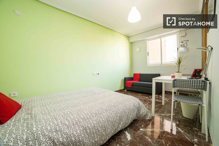 Double Bed in Fully furnished rooms for rent in a 4 bedroom apartment in Patraix, Valencia