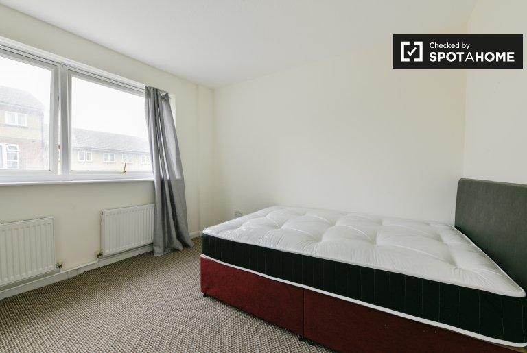 Pokój do wynajęcia w wygodnym domu z 4 sypialniami, Beckton, we wschodnim Londynie