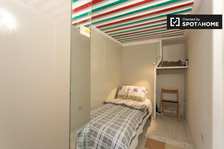 Komfortowy pokój w apartamencie z 3 sypialniami w Morivione, Mediolan