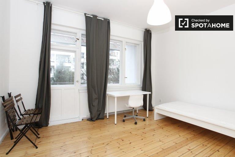 Przestronny pokój w apartamencie z 3 sypialniami w Neukölln w Berlinie