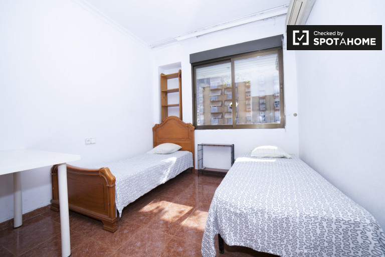Spacious 3-bedroom apartment with AC and balcony for rent in Seville Centro