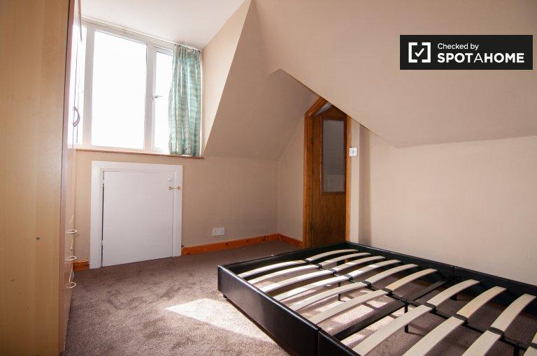 Redbridge'de 3 yatak odalı ev kiralamak için düzenli oda