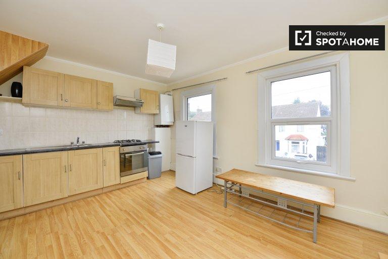 2-bedroom house to rent in Selhurst, London