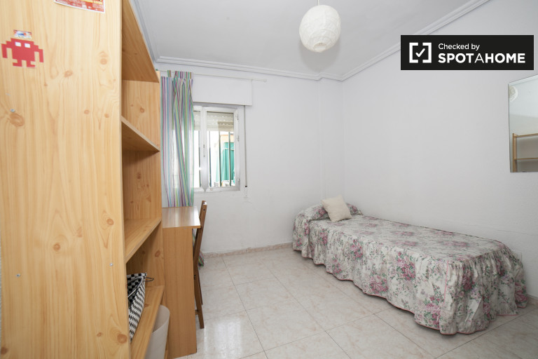 Single Bed in Rooms for rent in homely 4-bedroom apartment in Casco Antiguo