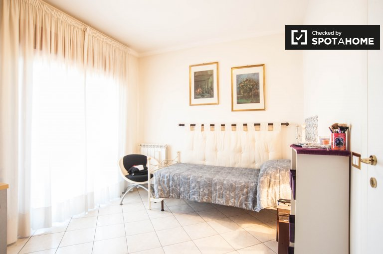 Room for rent in 2-bedroom apartment in Tor Vergata, Rome
