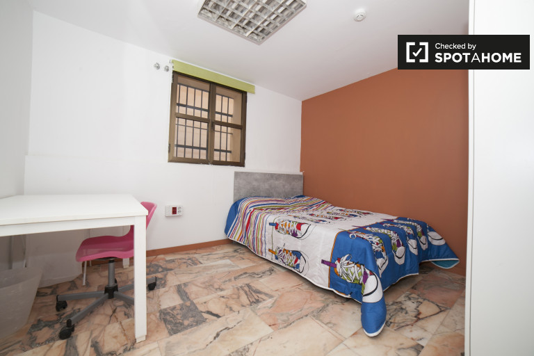 Double Bed in Rooms for rent in 17-bedroom house with shared terrace in Porvenir