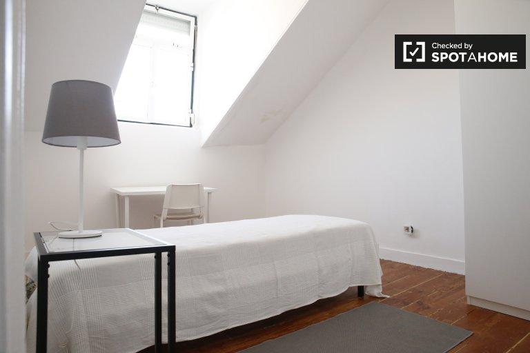 Geräumiges Zimmer zur Miete in einem Apartment mit 4 Schlafzimmern in Alcântara