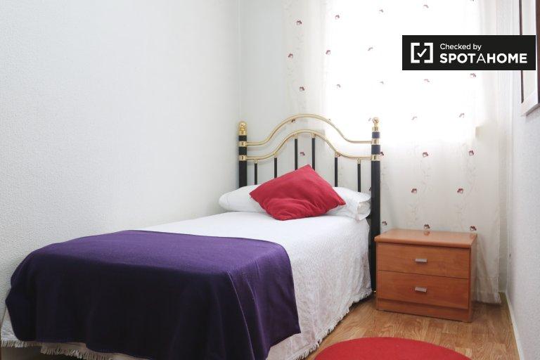 Chambre lumineuse à louer dans un appartement de 2 chambres à Madrid