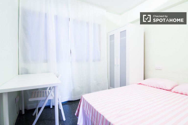 Cosy room with a double bed, ideal for students