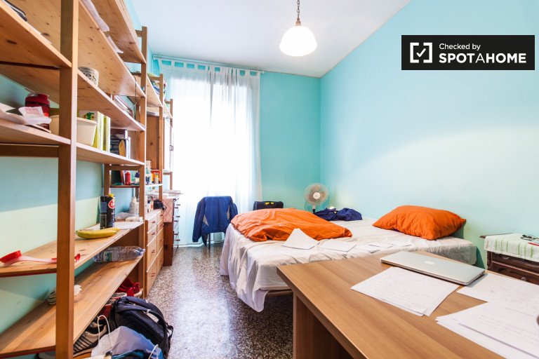 Quarto espaçoso em apartamento de 4 quartos em San Giovanni, Roma -