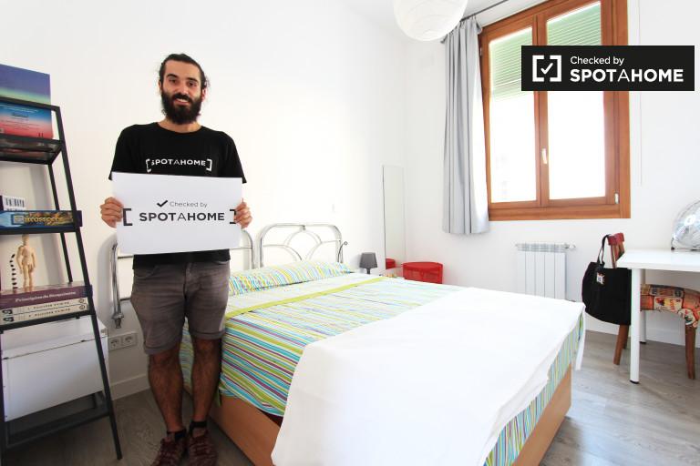 Großes Zimmer in einer 3-Zimmer-Wohnung in Malasaña, Madrid
