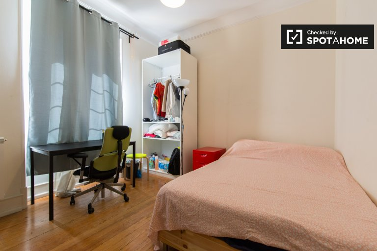 Rooms for rent in 6-bedroom apartment in Areeiro, Lisbon