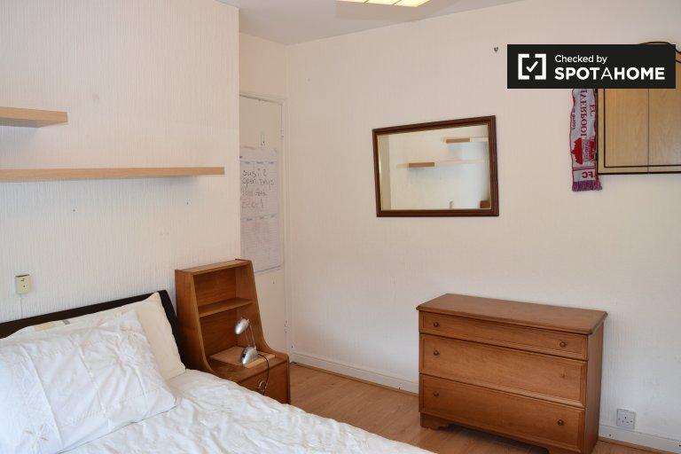 Room for rent in 3-bedroom house in Beaumont, Dublin