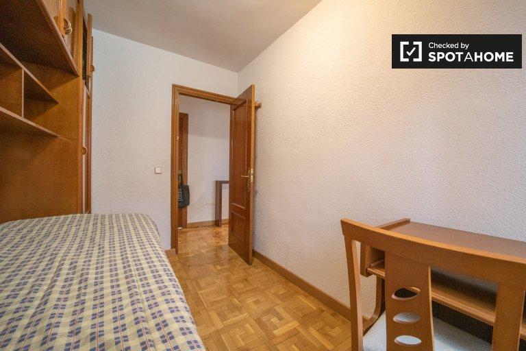 Habitación ordenada en un apartamento de 3 dormitorios en Leganés, Madrid.