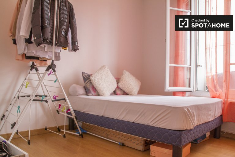Double Bed in Rooms to rent in spacious 2-bedroom apartment in peaceful Fontenay-sous-Bois
