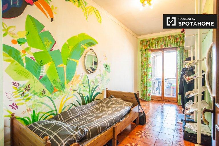 Chambre ensoleillée dans un appartement de 3 chambres à Cinecittà, Rome