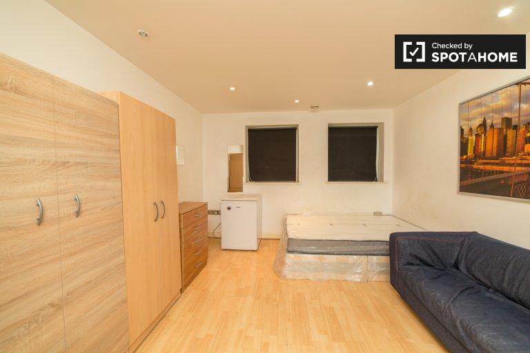 Quarto espaçoso em apartamentos de 3 quartos em Stratford, Londres