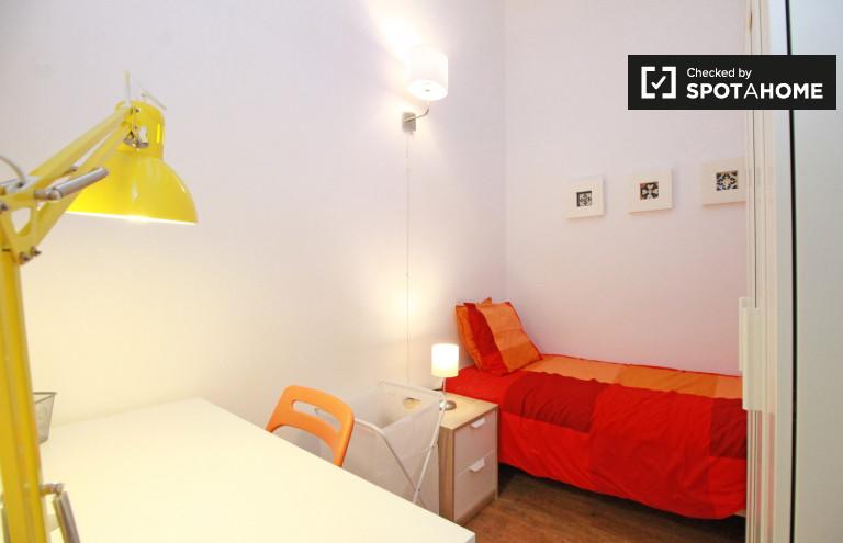 Ideal room in 8-bedroom apartment in Barri Gòtic, Barcelona