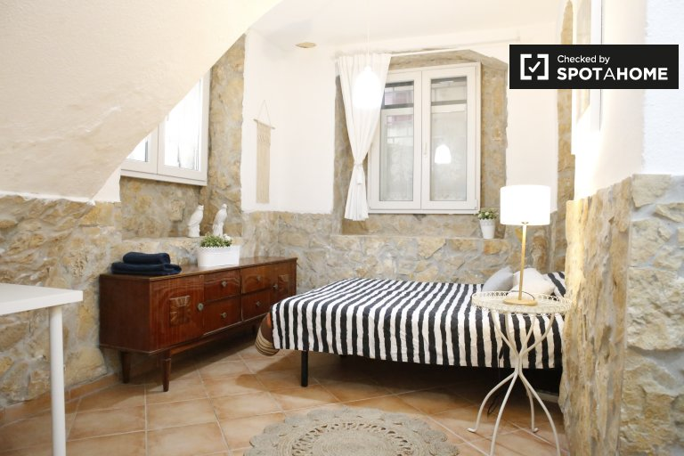 Room for rent in 2-bedroom apartment in Campo de Ourique