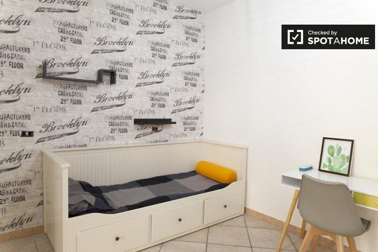 Spaziosa camera condivisa in appartamento con 4 camere da letto a Torre Gaia