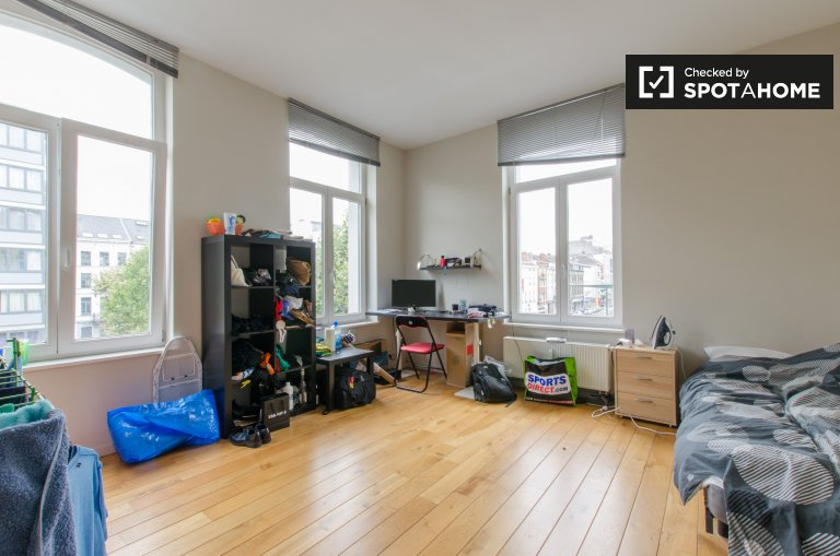 Huge room in 9-bedroom apartment in Brussels