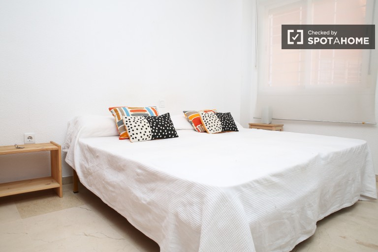 Twin Beds in 2 spacious rooms for couples in a shared apartment with a balcony and AC, Triana