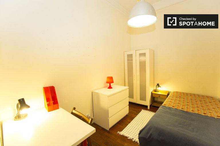 Cozy room for rent in 6-bedroom apartment in Barrio Alto