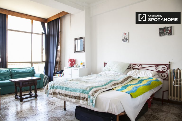 Double Bed in Rooms for rent in bright 4-bedroom flat in Portuense