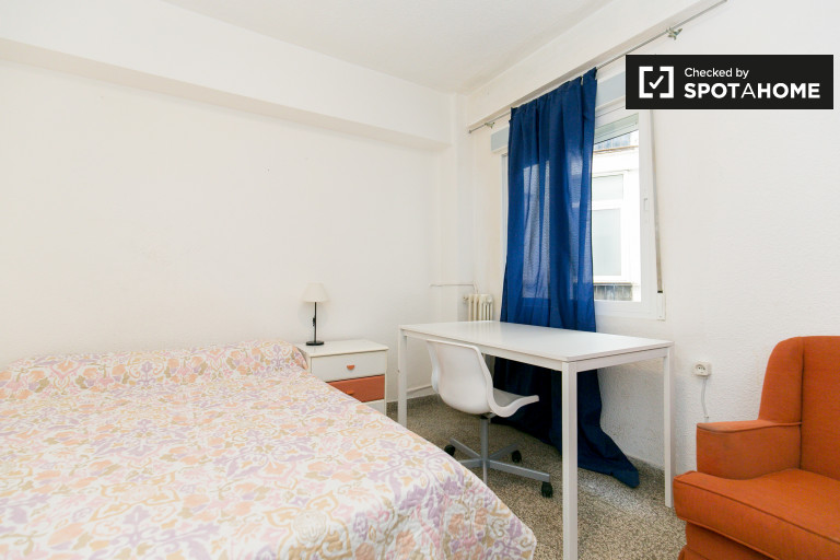 Equipped room in 5-bedroom apartment in Realejo, Granada