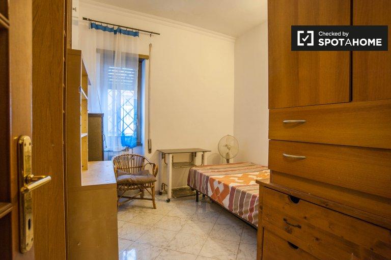 Przytulny pokój w apartamencie z 3 sypialniami w Tor Sapienza w Rzymie