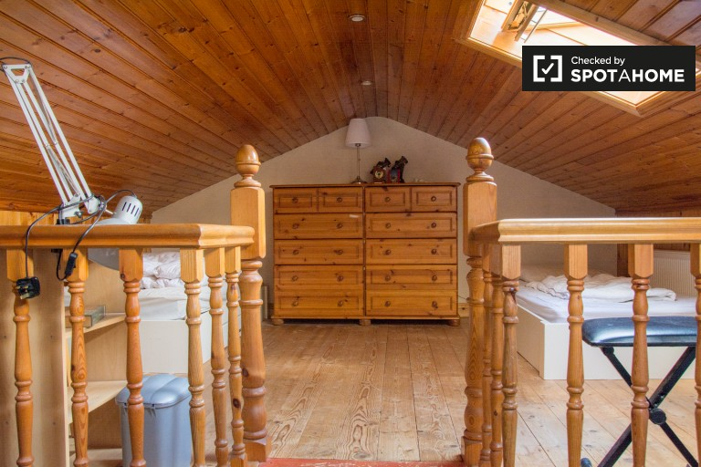 Single Bed in Double occupancy room to rent in rustic style 4-bedroom houseshare in Knocklyon