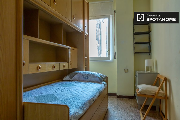 Comfortable room for rent in 4-bedroom apartment, Eixample
