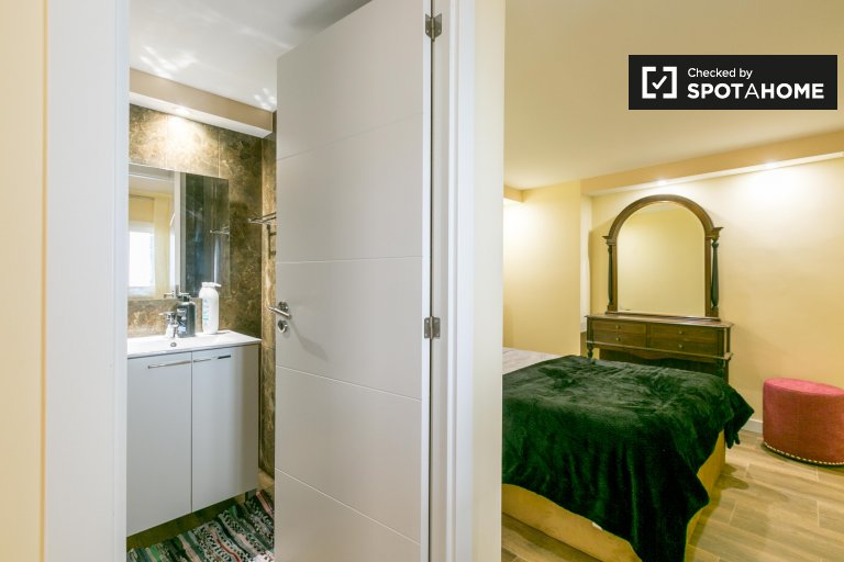 Ensuite room in 11-bedroom house in Famões, Lisbon